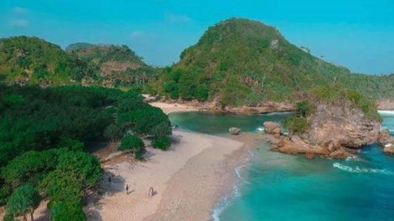 Pantai Watu Leter memiliki pesona menarik tersendiri